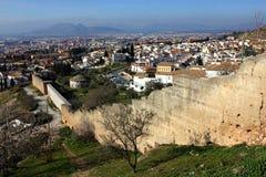 Πανόραμα με τον παλαιό πόλης τοίχο από Sacromonte Γρανάδα, Ισπανία Στοκ Εικόνα