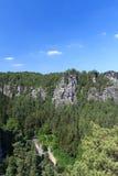 Πανόραμα με τους χαρακτηριστικούς σχηματισμούς βράχου στο υπαίθριο στάδιο Bastei και Rathen, σαξονική Ελβετία Στοκ φωτογραφία με δικαίωμα ελεύθερης χρήσης
