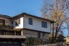 Πανόραμα με το δέντρο φθινοπώρου και το παλαιό σπίτι στο χωριό Bozhentsi, Βουλγαρία Στοκ Φωτογραφίες