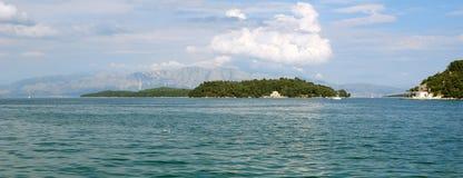 Πανόραμα με το νησί και τα βουνά Στοκ Εικόνες