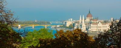 Πανόραμα με το ουγγρικούς κτήριο του Κοινοβουλίου και τον ποταμό Δούναβη στο ηλιοβασίλεμα, Βουδαπέστη, Ουγγαρία Στοκ Εικόνες