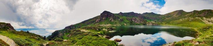 Πανόραμα μιας λίμνης mointain στοκ εικόνες