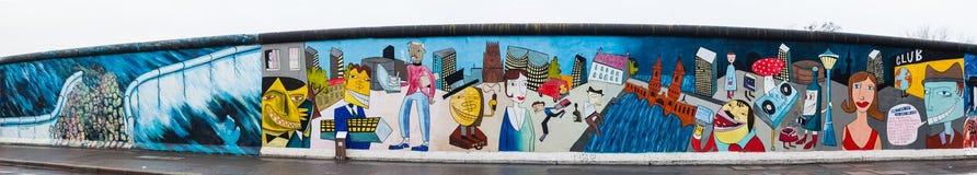 Πανόραμα μιας μερίδας της στοάς ανατολικών πλευρών μουσείων τοίχων σε ένα κρύο τέλος της χειμερινής ημέρας στοκ εικόνες