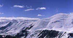 Πανόραμα μιας χιονισμένης σειράς βουνών Στοκ εικόνα με δικαίωμα ελεύθερης χρήσης