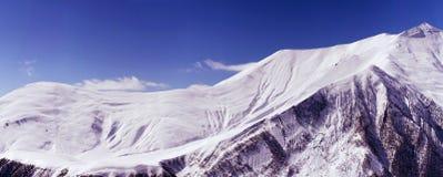 Πανόραμα μιας χιονισμένης σειράς βουνών Στοκ φωτογραφία με δικαίωμα ελεύθερης χρήσης