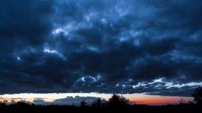 Πανόραμα μπλε ουρανού νύχτας timelapse με τα αστέρια και τα σύννεφα φιλμ μικρού μήκους