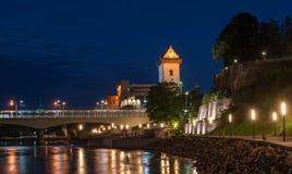 Πανόραμα νύχτας του κάστρου Narva με τον πύργο ο υψηλός Herman, Narva, Εσθονία Στο πρώτο πλάνο είναι ο περίπατος πόλεων Στοκ φωτογραφία με δικαίωμα ελεύθερης χρήσης