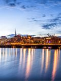 Πανόραμα οριζόντων ηλιοβασιλέματος της Στοκχόλμης με το Δημαρχείο Στοκ Φωτογραφίες