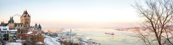 Πανόραμα οριζόντων πόλεων του Κεμπέκ με το πύργο Frontenac Στοκ Φωτογραφία
