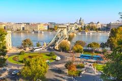 Πανόραμα οριζόντων της Βουδαπέστης, της Ουγγαρίας με Δούναβη, της γέφυρας αλυσίδων, των σκαφών και των σπιτιών Στοκ Εικόνες