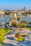 Πανόραμα οριζόντων της Βουδαπέστης, της Ουγγαρίας με Δούναβη, της γέφυρας αλυσίδων, των σκαφών και των σπιτιών Στοκ φωτογραφία με δικαίωμα ελεύθερης χρήσης