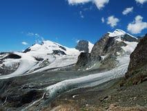Πανόραμα παγετώνων με τα βουνά saas-αμοιβών στην Ελβετία στοκ εικόνες