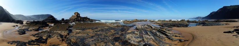 Πανόραμα παραλιών με τους εκτεθειμένους σχηματισμούς βράχου λάβας at low tide Στοκ εικόνες με δικαίωμα ελεύθερης χρήσης