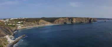 Πανόραμα παραλιών Arrifana Ατλαντική παραλία στο Αλγκάρβε, το sout Στοκ εικόνες με δικαίωμα ελεύθερης χρήσης