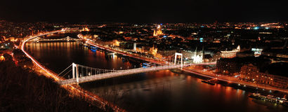 πανόραμα παλατιών νύχτας Δούναβη αλυσίδων της Βουδαπέστης γεφυρών βασιλικό Στοκ Εικόνα