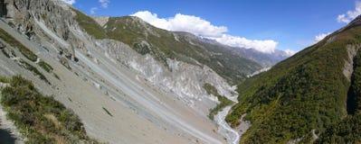 Πανόραμα περιοχής καθιζήσεων εδάφους, διαβρωμένοι βράχοι - τρόπος στο στρατόπεδο βάσεων Tilicho, Νεπάλ Στοκ Εικόνες