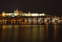 πανόραμα Πράγα νύχτας κάστρω&n Στοκ φωτογραφία με δικαίωμα ελεύθερης χρήσης