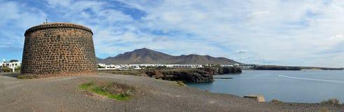 Πανόραμα προκυμαιών του BLANCA Lanzarote Playa με το οχυρό Napolionic Στοκ Φωτογραφία