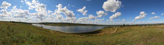 Πανόραμα, πόλη Sergiev Posad, άποψη τοπίων της λίμνης και της πράσινης χλόης στοκ φωτογραφία με δικαίωμα ελεύθερης χρήσης
