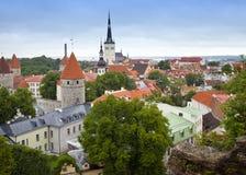 Πανόραμα πόλεων από μια γέφυρα παρατήρησης των παλαιών στεγών πόλεων ` s Ταλίν Εσθονία Στοκ φωτογραφία με δικαίωμα ελεύθερης χρήσης