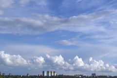 Πανόραμα πόλεων με τα σύννεφα Στοκ Φωτογραφίες