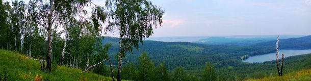 Πανόραμα στους μπλε λόφους και τη λίμνη Στοκ Φωτογραφίες