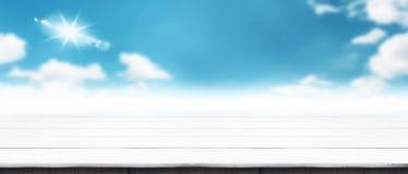 Πανόραμα σύγχρονο ξύλινο tabletop με το μουτζουρωμένο καλοκαίρι cloudscape Στοκ Φωτογραφίες