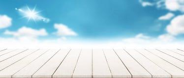 Πανόραμα σύγχρονο ξύλινο tabletop με το μουτζουρωμένο καλοκαίρι cloudscape Στοκ εικόνες με δικαίωμα ελεύθερης χρήσης