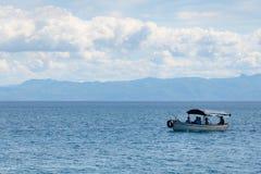 Πανόραμα της λίμνης Οχρίδα και της βάρκας με τους τουρίστες Στοκ Φωτογραφία