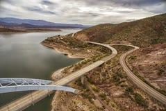 Πανόραμα της λίμνης Roosevelt και της γέφυρας, Αριζόνα Στοκ εικόνα με δικαίωμα ελεύθερης χρήσης