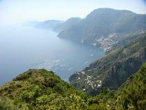 Πανόραμα της ακτής της Αμάλφης στο νότο της Ιταλίας στοκ εικόνες
