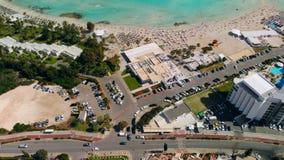 Πανόραμα της ακτής με τα ξενοδοχεία πολυτελείας και της όμορφης παραλίας σε Ayia Napa, Κύπρος απόθεμα βίντεο
