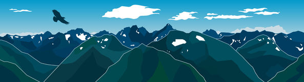 Πανόραμα της αλυσίδας βουνών με τον πετώντας αετό Στοκ Φωτογραφίες