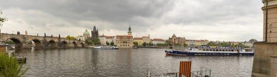 Πανόραμα της γέφυρας και Vltava του Charles riverfront στην Πράγα, Δημοκρατία της Τσεχίας στοκ φωτογραφία