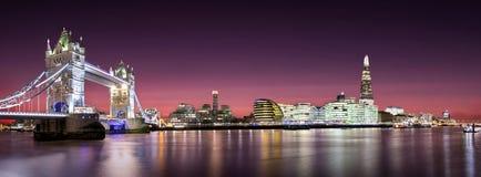 Πανόραμα της γέφυρας πύργων μέχρι τη γέφυρα του Λονδίνου με τον ορίζοντα του Λονδίνου μετά από το ηλιοβασίλεμα Στοκ εικόνα με δικαίωμα ελεύθερης χρήσης