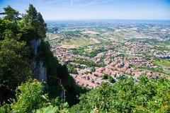 Πανόραμα της Δημοκρατίας του Άγιου Μαρίνου και της Ιταλίας από Monte Titano, πόλη του Άγιου Μαρίνου Η πόλη του Άγιου Μαρίνου είνα Στοκ Εικόνες