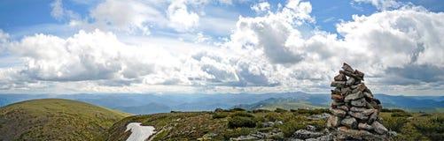 Πανόραμα της δύσκολων ακτής και των βουνών κοντά στη λίμνη Baikal Στοκ φωτογραφίες με δικαίωμα ελεύθερης χρήσης