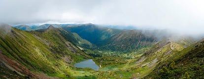 Πανόραμα της δύσκολων ακτής και των βουνών κοντά στη λίμνη Baikal Στοκ Φωτογραφία