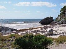 Πανόραμα της ειδυλλιακής αμμώδους παραλίας και της καραϊβικής λιμνοθάλασσας στο τοπίο παραλιών της πόλης Tulum κοντά στη archeolo Στοκ φωτογραφία με δικαίωμα ελεύθερης χρήσης