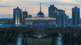 Πανόραμα της ημέρας πόλεων Astana στη νύχτα timelapse και η κατοικία Akorda του Προέδρου με το πάρκο φιλμ μικρού μήκους
