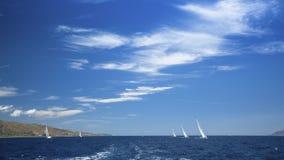 Πανόραμα της θάλασσας με τη ναυσιπλοΐα γιοτ ομάδας και τον όμορφο μπλε ουρανό Φύση Στοκ Φωτογραφίες
