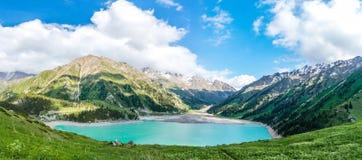Πανόραμα της θεαματικής φυσικής μεγάλης λίμνης του Αλμάτι, βουνά της Τιέν Σαν στο Αλμάτι, Καζακστάν στοκ εικόνα