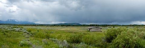 Πανόραμα της θύελλας βουνών που πλησιάζει τις πεδιάδες στοκ φωτογραφίες