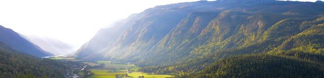 Πανόραμα της κοιλάδας με τα δασικά ντυμένα βουνά και sunrays στοκ φωτογραφία με δικαίωμα ελεύθερης χρήσης
