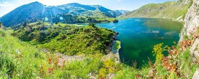 Πανόραμα της λίμνης στα βουνά της δυτικής Τιέν Σαν Στοκ φωτογραφία με δικαίωμα ελεύθερης χρήσης