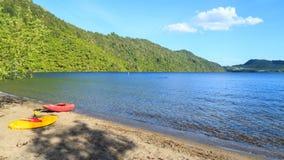 Πανόραμα της λίμνης Okareka, στην περιοχή Rotorua, Νέα Ζηλανδία, με τα καγιάκ στοκ φωτογραφία με δικαίωμα ελεύθερης χρήσης