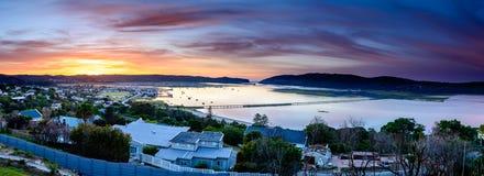 Πανόραμα της λιμνοθάλασσας Knysna στην ανατολή, Νότια Αφρική Στοκ φωτογραφίες με δικαίωμα ελεύθερης χρήσης