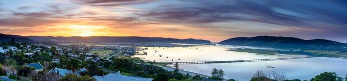 Πανόραμα της λιμνοθάλασσας Knysna στην ανατολή, Νότια Αφρική Στοκ εικόνα με δικαίωμα ελεύθερης χρήσης