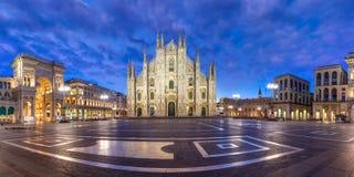 Πανόραμα της νύχτας Piazza del Duomo στο Μιλάνο, Ιταλία Στοκ εικόνες με δικαίωμα ελεύθερης χρήσης