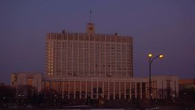 Πανόραμα της οδού της Μόσχας και του κυβερνητικού σπιτιού της Ρωσικής Ομοσπονδίας Ηλιοβασίλεμα φιλμ μικρού μήκους
